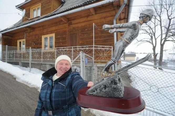 Jadwiga Staszel to założycielka Ludowego Klubu Sportowego Ząb, w którym wychował się Kamil. On był pierwszym zawodnikiem tego klubu, a ona pierwszą trenerką