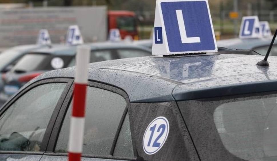 Film do artykułu: PRAWO JAZDY. Problem z egzaminami. Nowoczesne auta zbyt pomagają kursantom. Czy egzaminy na prawo jazdy zostaną wstrzymane? [22.03.2019]