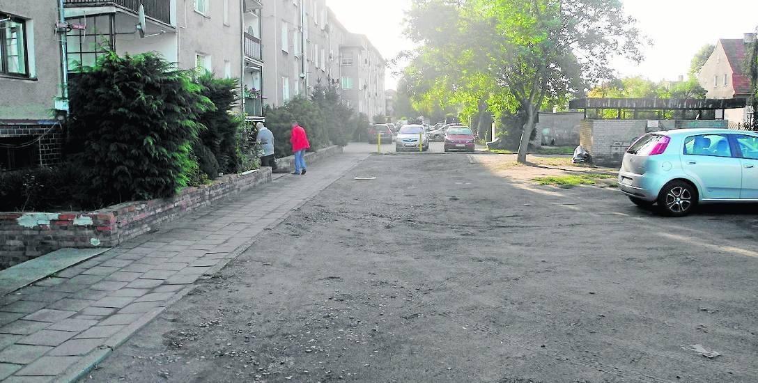 Mieszkańcy bloku, którym zarządza Międzyzakładowa Spółdzielnia Mieszkaniowa Pomorska chcą, by zrobiono im parking