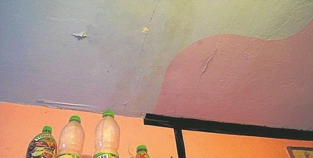 Tynk odpada w wielu miejscach. Malowanie nic nie daje, bo dach jest nieszczelny.