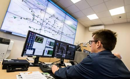 Uwaga, chyba coś się dzieje! Operator ITS-u Maciej Kubacki  sprawdza ekrany informacyjne, ustawione w newralgicznych punktach miasta.