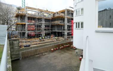 """Bloki budowane na zasadzie """"okno w okno"""" stają się normą. Dopóki są chętni na zakup takich mieszkań, to zjawisko nie zniknie. Na zdjęciu inwestycja przy"""