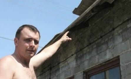 U Arkadiusza Ożarowskiego wichura pozrywała dachówkę z warsztatu.