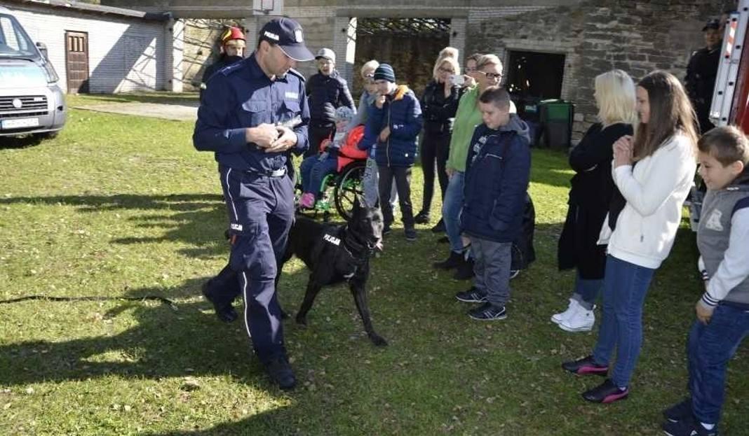 Gmina Jastrząb. Policjanci i strażacy spotkali się z uczniami szkoły w Śmiłowie