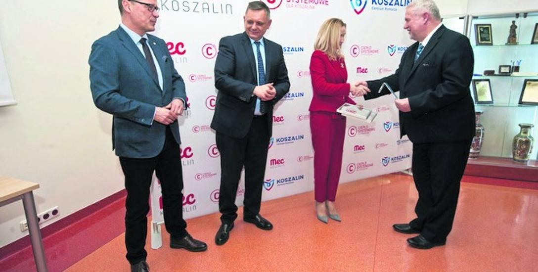 Certyfikat odebrała m. in. Monika Tkaczyk, prezes ZOS