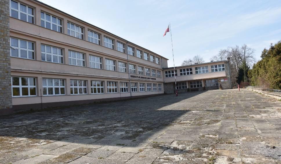 Film do artykułu: Starachowice. Budynek po Gimnazjum numer 1 na sprzedaż. Cena wywoławcza 5,7 miliona złotych