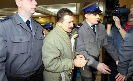 Krzysztof Bartoszuk - Fritzl z Podlasia. Zobacz twarz potwora, który latami gwałcił córkę (wideo, zdjęcia)