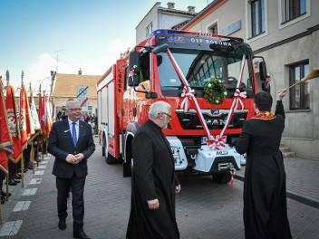Wóz, którym strażacy z OSP w Bobowej jechali do pożaru, trafił do nich kilka miesięcy wcześniej, kosztował prawie 800 tysięcy