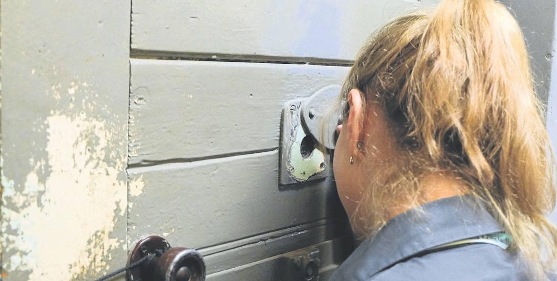 Wąskie drzwi, gaz i pała wyszły z użycia