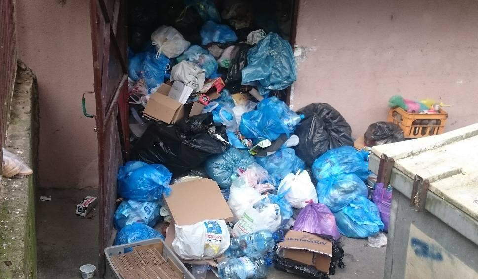 Film do artykułu: Koszmar na rzeszowskich osiedlach. Śmieci sięgają sufitu i wysypują się za drzwi. Sprzątaczki zagarniają je pługami do śniegu