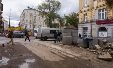 """""""Przystępując do przebudowy ul. Krakowskiej nie zakładano, by prace mogły zostać opóźnione przez badania archeologiczne. Roboty które wykonuje"""