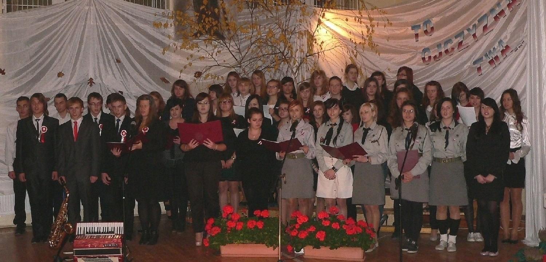 """Odśpiewany przez szkolny chór """"Marsz Polonia"""" zainaugurował piątkową wieczornicę w buskim """"ekonomiku""""."""