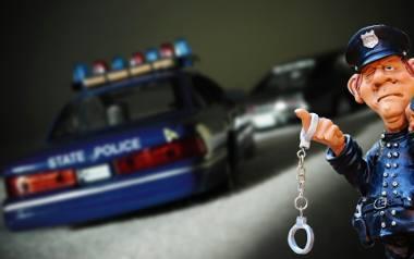 Zarzuty dla 34-latka. Policjanci ścigali go przez ponad 20 kilometrów. Ucieczka zakończyła się rozbiciem radiowozu