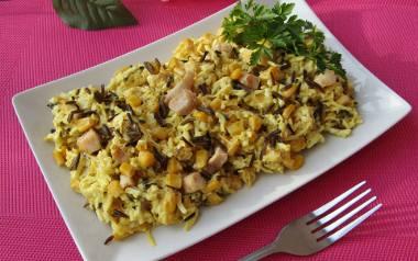 Pożywna sałatka z dzikim ryżem, kurczakiem, selerem i kukurydzą. Zobaczcie przepis!