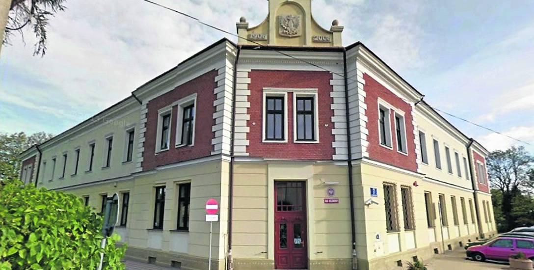 Grzegorz G. zaplanował swoją ucieczkę, gdy opuszczał budynek Sądu Rejonowego w Ropczycach. Wyrwał się pilnującym go policjantom i ruszył biegiem. Zatrzymał