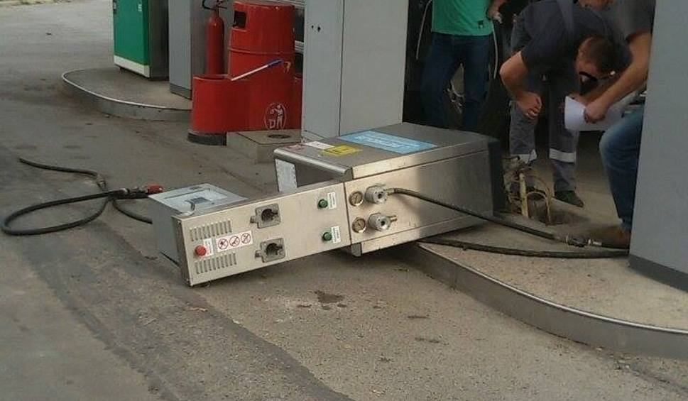 Film do artykułu: Klient stacji paliw w Kozienicach... wyrwał dystrubutor autogazu