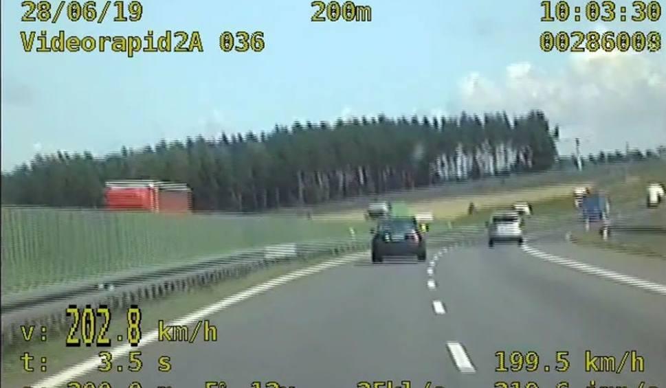 Film do artykułu: Na autostradzie A1 jak na torze wyścigowym. Kierowca jechał z prędkością ponad 200 km/h [wideo - 18.07.2019 r.]
