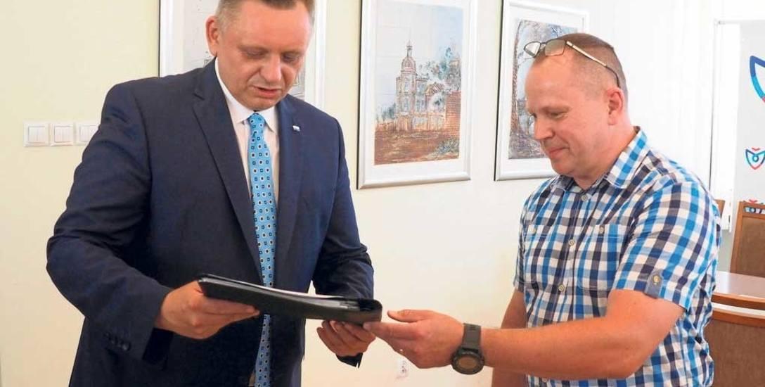 Lucjan Radiun, przewodniczący Stowarzyszenia Przyjaciele Rokosowa (z prawej), wręczył petycję prezydentowi Koszalina Piotrowi Jedlińskiemu