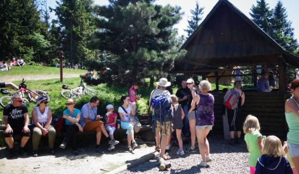 Film do artykułu: Pijany przewodnik górski szedł z wycieczką dzieci na Klimczok w Beskidach. Pił alkohoil i bełkotał. Został ewakuowany przez GOPR i policję