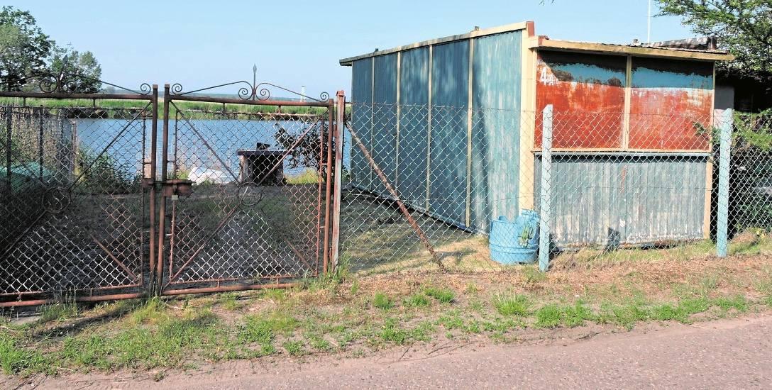 Wszyscy mają nadzieję, że obskurne baraki z nabrzeża wyspy Karsibór znikną wraz z remontem ul. 1 Maja