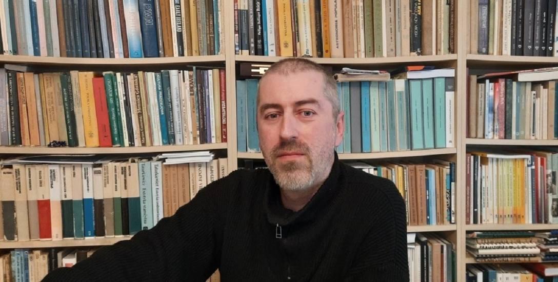 Aleksander Piasecki, archeolog i etnolog, absolwent Uniwersytetu Mikołaja Kopernika w Toruniu (2004 r.), adiunkt w Dziale Archeologii Muzeum Podlaskiego