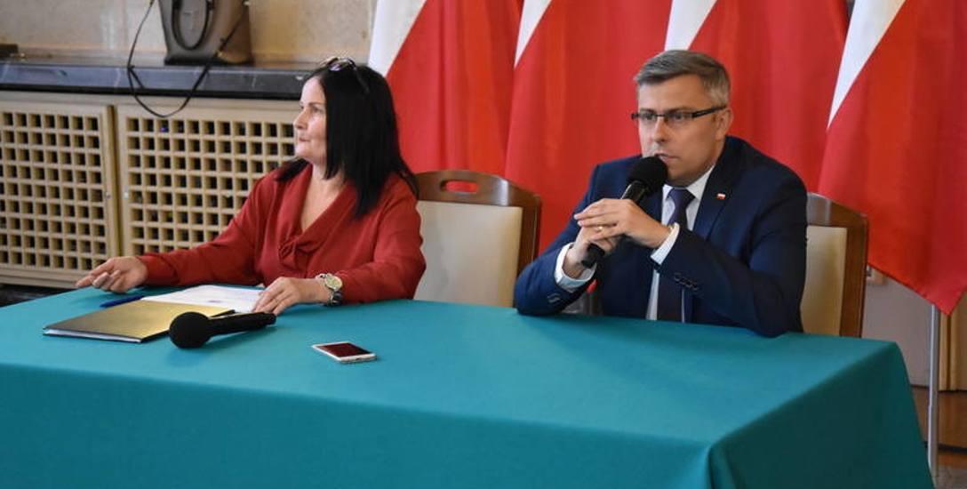 """W Śląskim Urzędzie Wojewódzkim 1 sierpnia odbyła się konferencja prasowana temat realizacji rządowego programu """"Dobry Start"""" w naszym"""