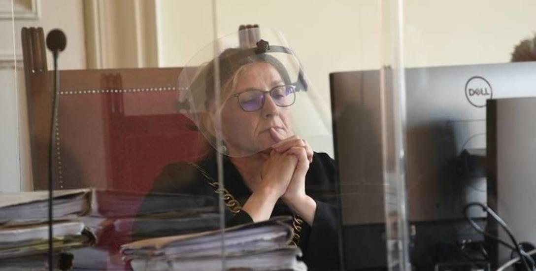 Sędzia Hanna Konrad zarządziła dziś przerwę w rozprawie, by oskarżona mogła opanować silne emocje, które wywołała w niej konieczność powrotu do miesięcy