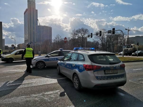 Rondo w Katowicach zostało częściowo zamknięte. Policja zablokowała takkże wejście dla pieszych w kierunku Spodka.Zobacz kolejne zdjęcia. Przesuwaj zdjęcia