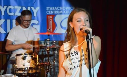 Julia Dudek z zespołem na poniedziałkowym Parkingu Muzycznym w Starachowicach