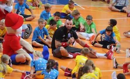 Marcin Gortat trenuje dzieci na Marcin Gortat Camp w Dąbrowie Górniczej