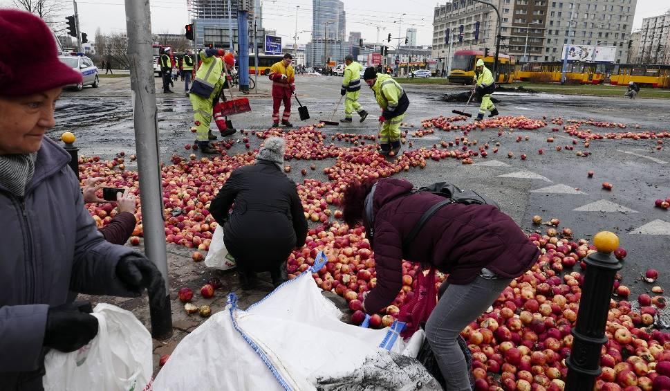 Film do artykułu: Warszawa: Protest rolników 13.03 na placu Zawiszy [ZDJĘCIA] [WIDEO] AGROunia podpaliła słomę i opony. Ludzie zbierali rozsypane jabłka