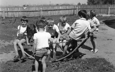 Coraz mniej dzieci wie, do czego służy hula hop, albo skakanka. Czy ktoś jeszcze pamięta, jak się gra w klasy? Dzieci coraz częściej zamiast zabaw na