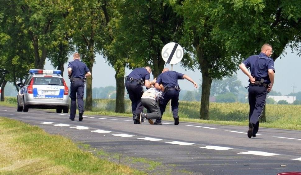 Film do artykułu: Policyjny pościg w Łowiczu. 31-latek dźgnął matkę nożem i uciekł. Staranował tirem radiowóz. Policjanci strzelali