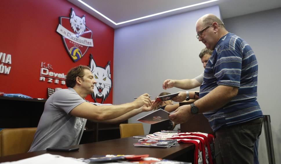 Film do artykułu: Stephane Antiga sprzedawał karnety na mecze KS Developres Rzeszów w sezonie 2019/20 [FOTO, WIDEO]