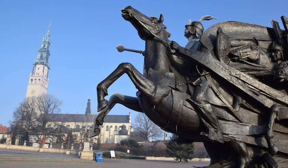 Film do artykułu: Pomnik Jana III Sobieskiego stanął pod Jasną Górą [ZDJĘCIA] Zostanie w Częstochowie do początku przyszłego roku