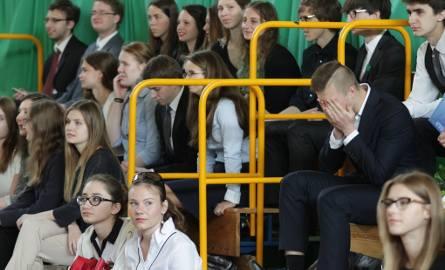 We wtorek świadectwa maturalne odebrali m. in. uczniowie XVI Liceum Ogólnokształcącego na Krzesinach w Poznaniu