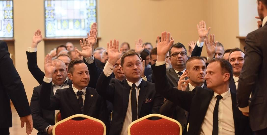 Radni na sesjach chętnie podnoszą rękę. Czy mieszkańcy równie chętnie korzystają z ich pomocy?