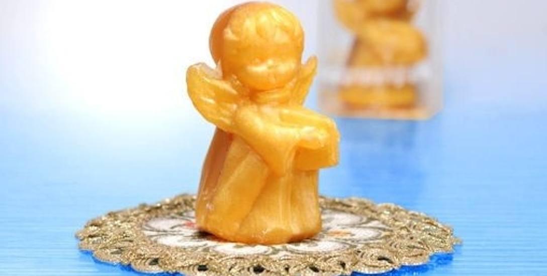 Aniołek na pierwszy rzut oka wygląda, jak woskowa figurka albo świeczka, a to mydło.