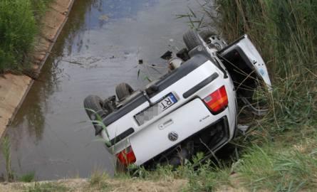 Jeziórko. Auto spadło z nasypu drogi i dachowało