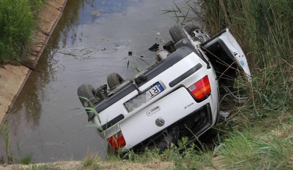 Film do artykułu: Jeziórko. Auto spadło z nasypu drogi i dachowało