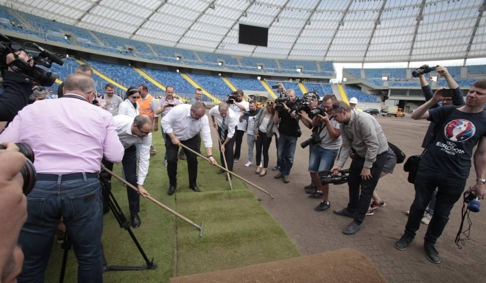 Film do artykułu: Montaż murawy Stadionu Śląskiego rozpoczęty ZOBACZ ZDJĘCIA Pierwszy mecz jesienią
