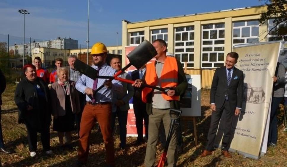 Film do artykułu: W Skarżysku będzie nowa hala sportowa. W czwartek wbito pierwszą łopatę