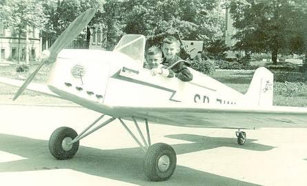 1959Pamiętają Państwo samolot, przy którym się można było fotografować na placu Wolności? Model maszyny wykonał instruktor modelarz pilot Jan Lech. Samolot