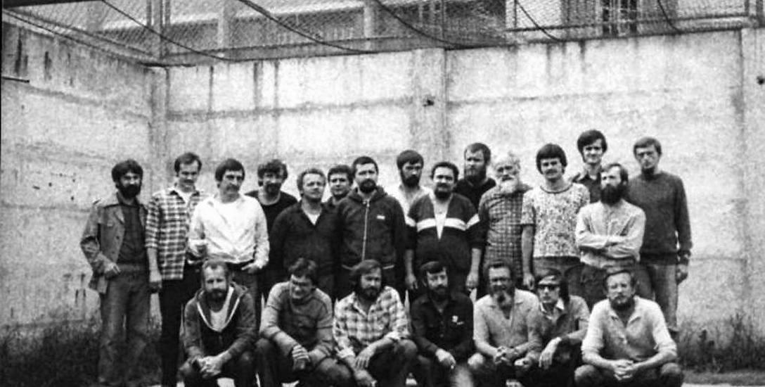 1982 r. Internowani w Załężu. Czwarty z prawej stoi Waldemar Jakson