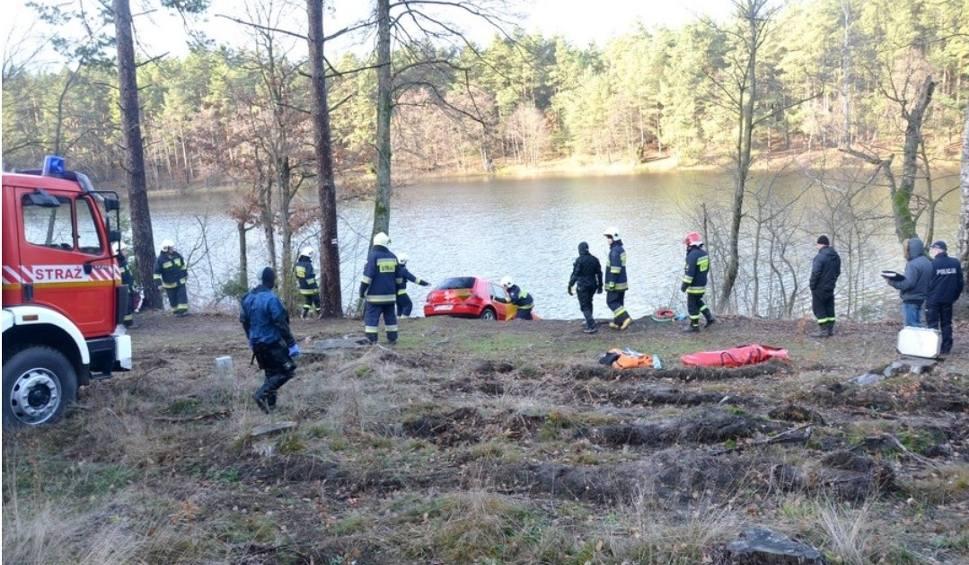 Film do artykułu: Zakończono poszukiwania zaginionej Roksany ze Skarszew. Ciało 24-latki znaleziono w samochodzie zatopionym w jeziorze