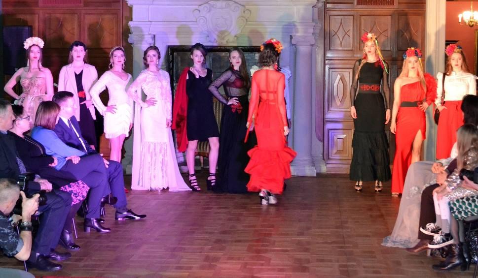 Film do artykułu: Pokaz mody GA MON w zamku. Modelki w sukniach z haftem lasowiackim