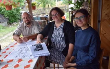 Od lewej: etnografowie Michał Demski, Kaja Kojder i Olga Płuciennik od marca br. realizują w  Kruszynianach Etno-projekt. W jego ramach przeprowadzili