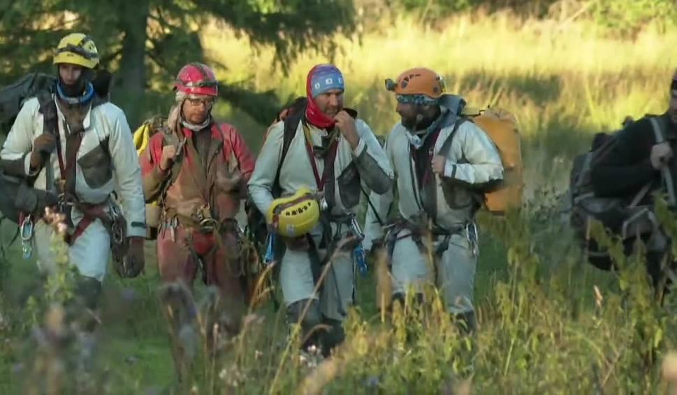 Film do artykułu: Akcja ratownicza w Jaskini Wielkiej Śnieżnej w Tatrach. Pomagają ratownicy z Bytomia
