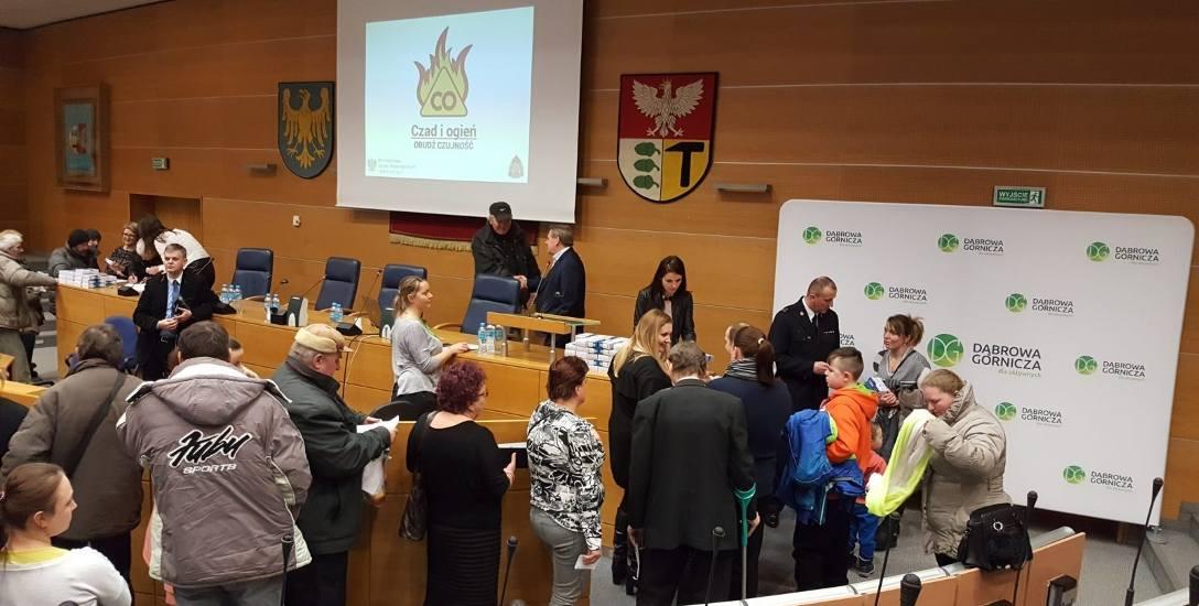 Mieszkańcy odebrali darmowe czujniki po sesji Rady Miejskiej w Dąbrowie Górniczej