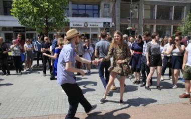 Tanecznym krokiem w rytm swingowych melodii przeszli do placu Wolności